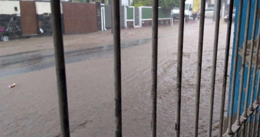 Chuva alagou ruas no bairro Santa Rosa, em Niterói
