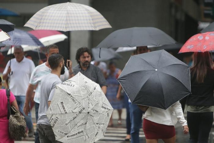 Clima Tempo. Tarde de chuva forte no Rio de Janeiro no Centro do Rio. Cariocas andam nas calçadas da Av. Rio Branco com seus guarda-chuvas. Foto: Daniel Castelo Branco / Agência O Dia