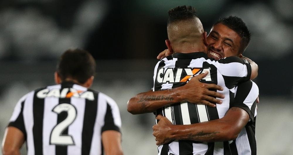 Kieza comemora seu gol durante a partida entre Botafogo x Cabofriense