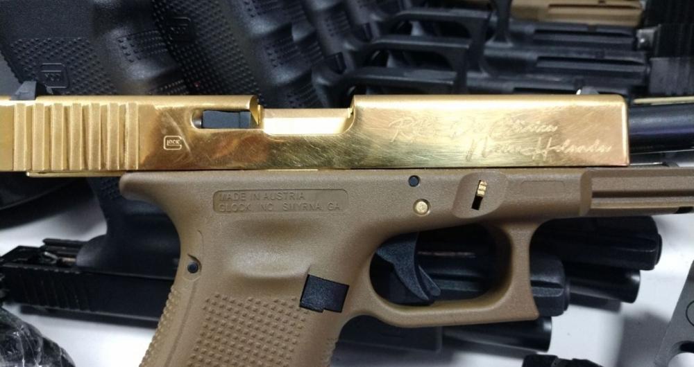 Pistola dourada apreendida pelos policiais