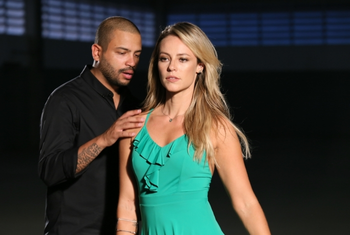 Paolla Oliveira participa do clipe de Projota