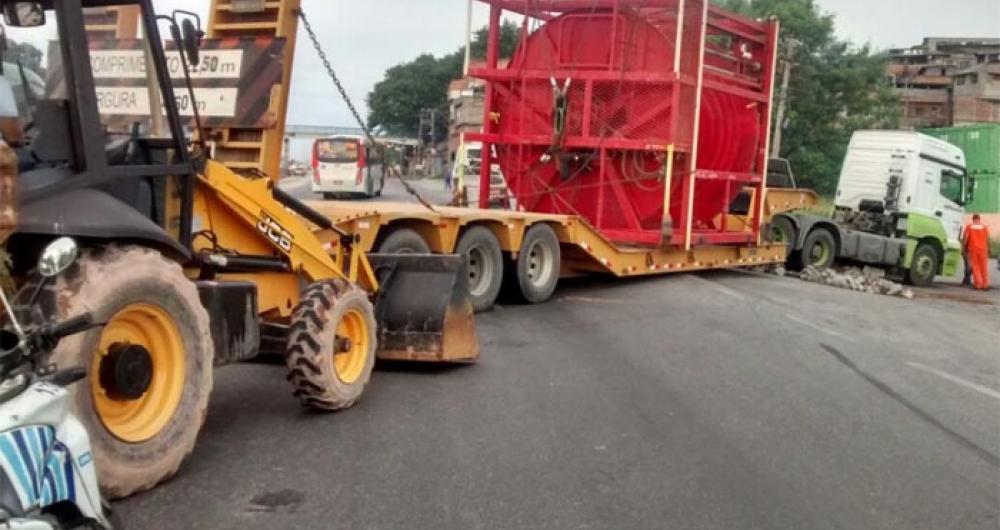 Carreta quebrou e fechou trecho da Avenida Brasil