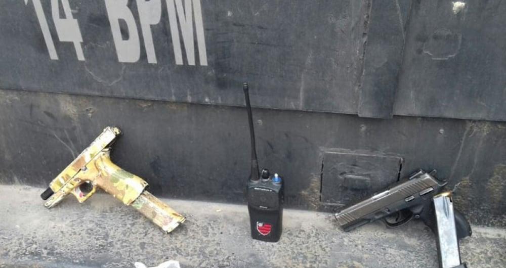 Duas pistolas e um radiotransmissor foram apreendidos
