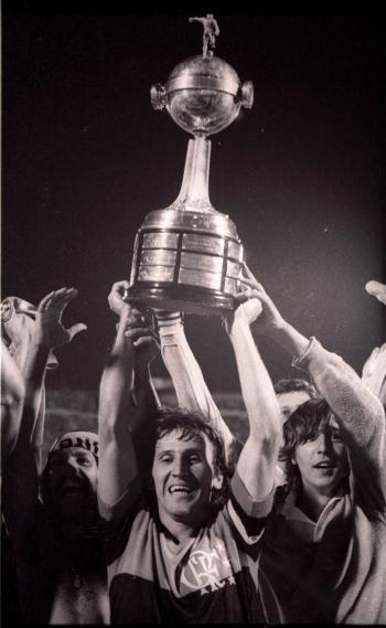 Capitão e maior ídolo do Flamengo, Zico ergue a taça da Libertadores em 1981