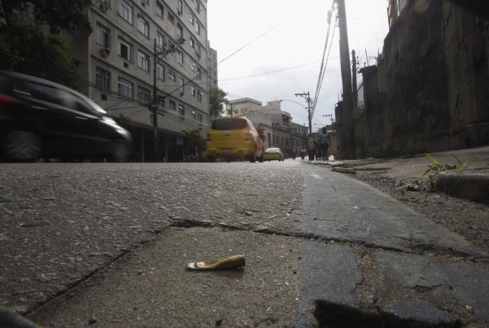 Cápsula encontrada no chão da avenida depois do tiroteio entre bandidos e policiais militares
