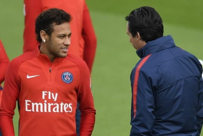 Neymar conversa com o treinador Unai Emery