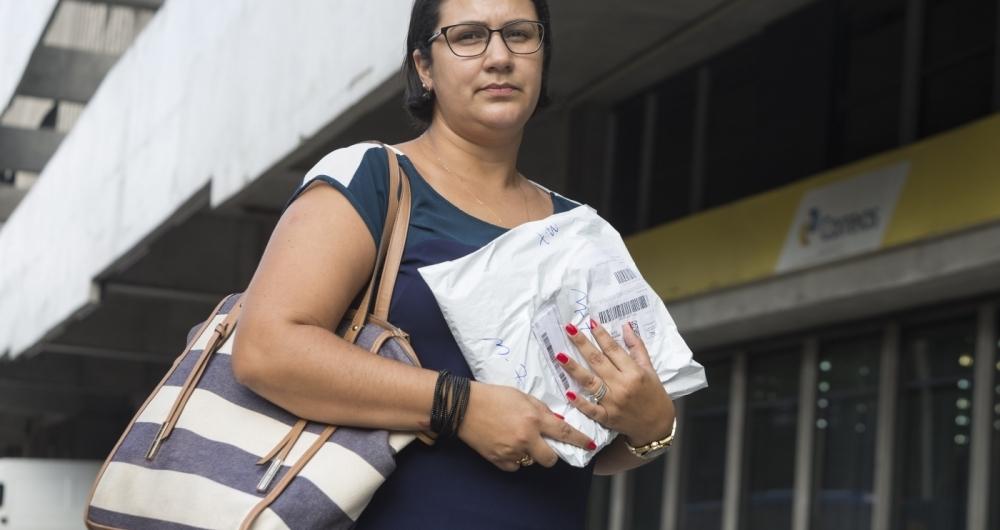 �urea Patr�cia de Souza considera a cobran�a da taxa como uma falta de respeito. Desde novembro, ela n�o recebe encomenda em casa