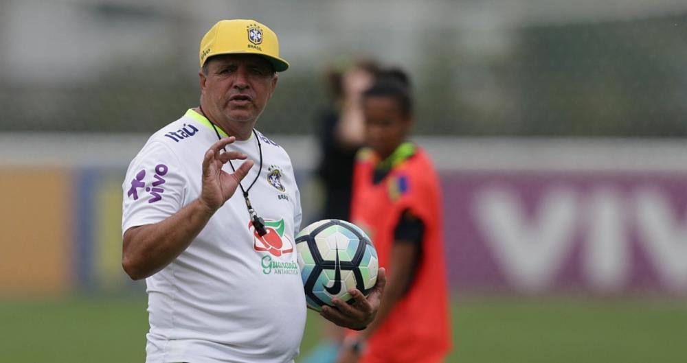 O técnico Vadão reclama de falta de planos para o futebol feminino