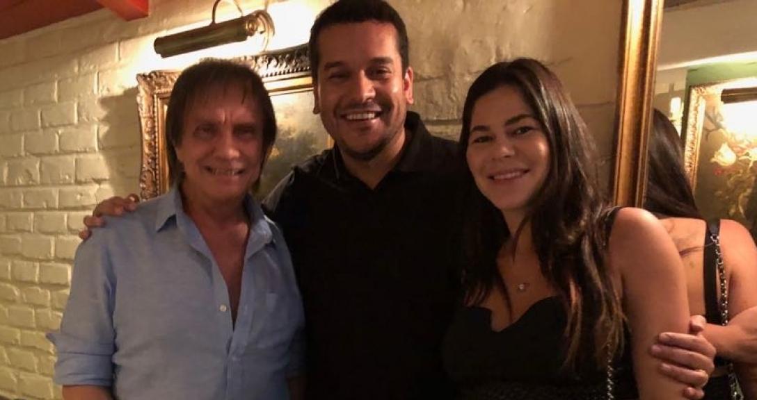 Roberto Carlos com o secretário estadual de cultura do Rio Leandro Monteiro e sua esposa Roberta Bruno