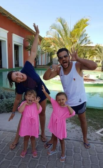 Frederico, da dupla com João Neto, passa as férias na Bahia com a família