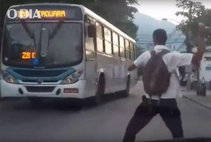 Ônibus é alvo de grevistas na porta da garagem da Viação Anil, na Zona Oeste. Ovos foram atirados contra o veículo