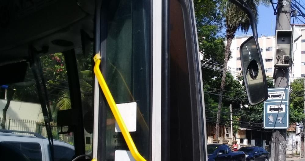 Ônibus da Litoral Rio teve o retrovisor direito quebrado por motoristas da viação que estão em greve
