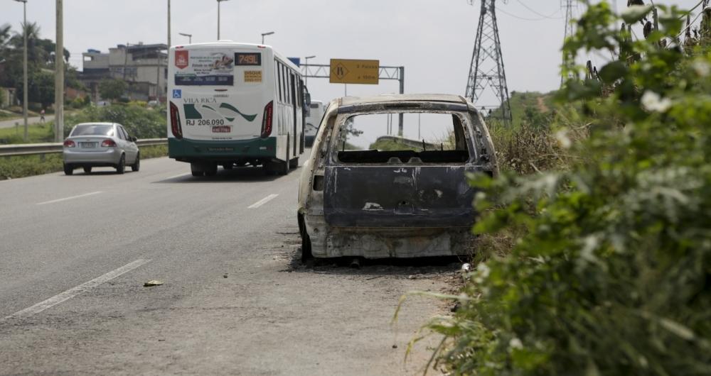 Carro incendiado 'decora' a paisagem de desola��o da Via Light. Inseguran�a nos 14 km de estrada faz com que motoristas evitem pegar a estrada