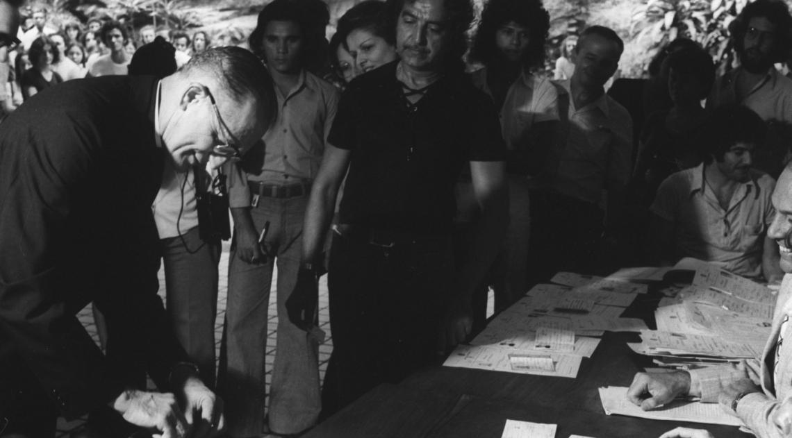 Dom Eugenio Sales atraiu as aten��es ao votar na 109� se��o eleitoral, na Gl�ria, em 15 de novembro de 1974. Era a primeira vez que o cardeal-arcebispo do Rio votava na cidade. O pa�s, sob o regime militar, elegeria 22 senadores (um ter�o da Casa), o total da C�mara dos Deputados (364 parlamentares) e 787 representantes de 22 assembleias legislativas.