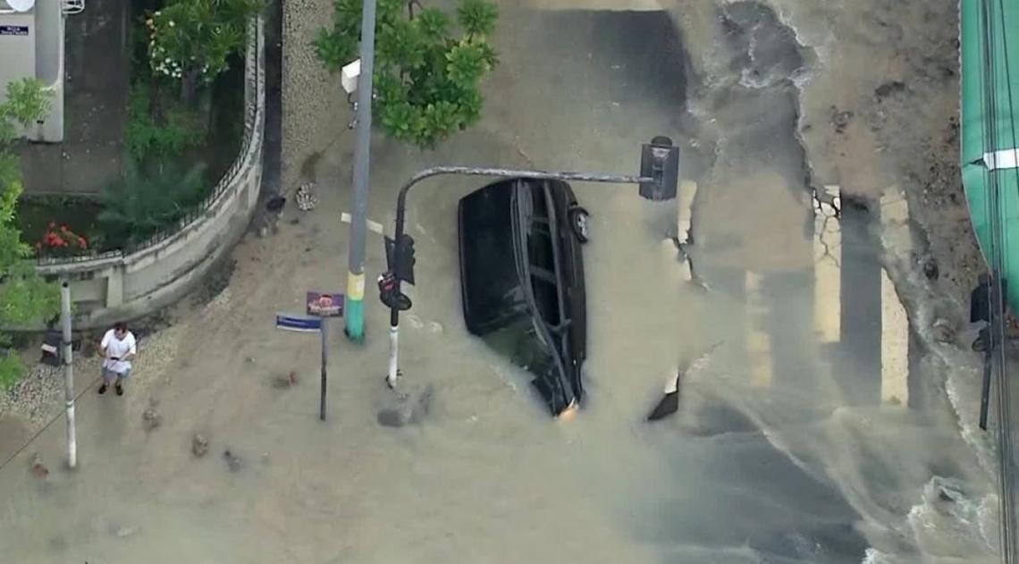 Carro foi engolido por buraco causado por rompimento de tubula��o em Vila Isabel