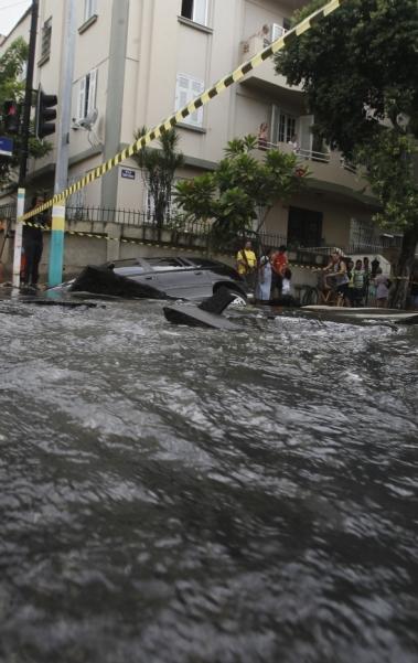 Carro foi 'engolido' por buraco causado por vazamento de tubulação em rua de Vila Isabel