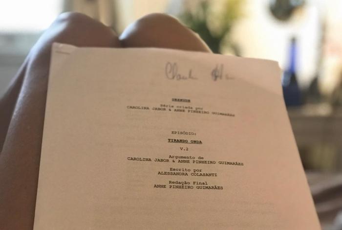 Claudia Ohana lendo o roteiro de 'Desnude'