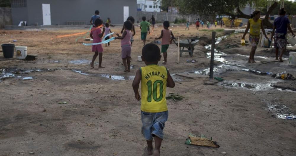 Crian�a refugiada venezuelana brinca dentro do abrigo Pintolandia, em Boa Vista