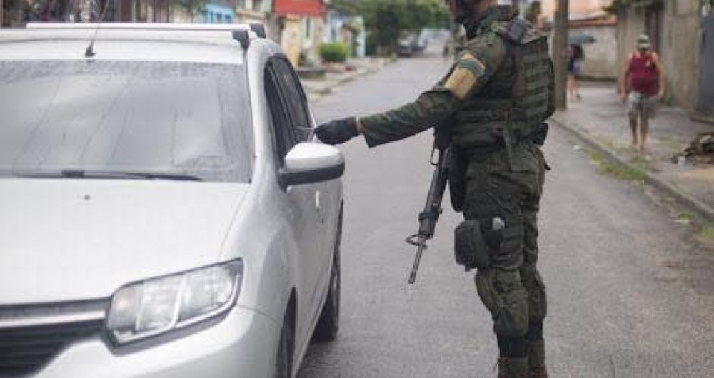 Forças Armadas fazem operação na Vila Kennedy
