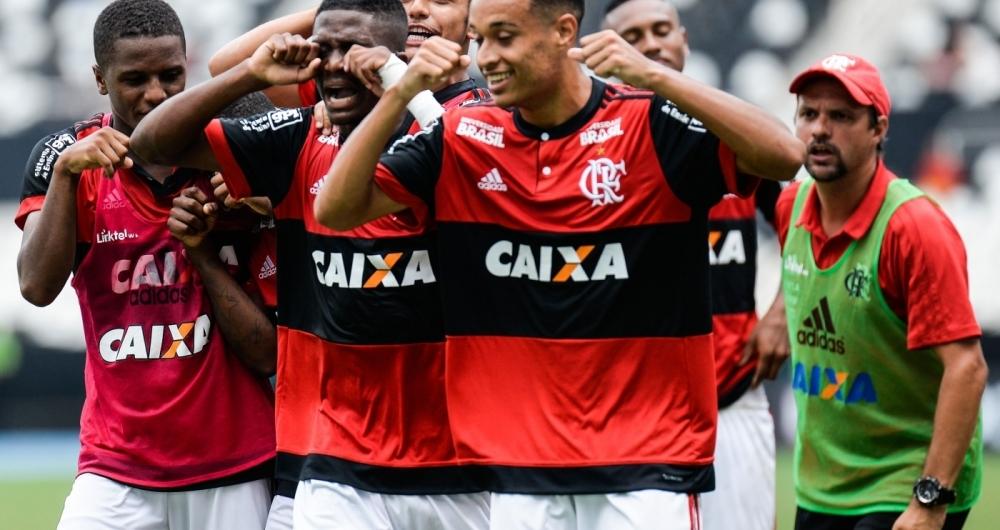 """Jogadores da base do Flamengo comemoram título com o """"chororô"""""""