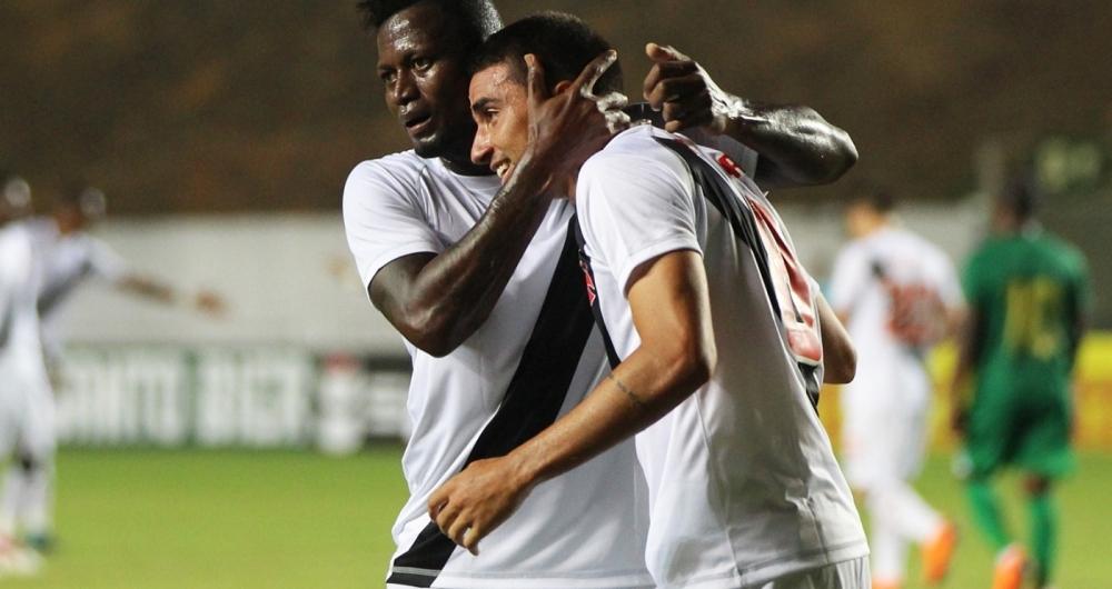Riascos abraça Thiago Galhardo, autor do segundo gol: muita raça