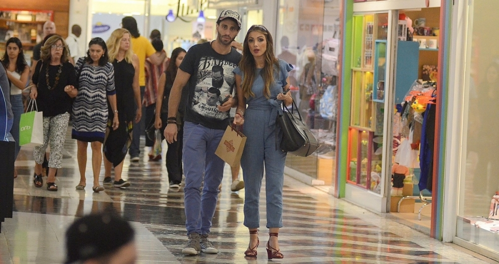 Patricia Poeta no shopping com suposto affair