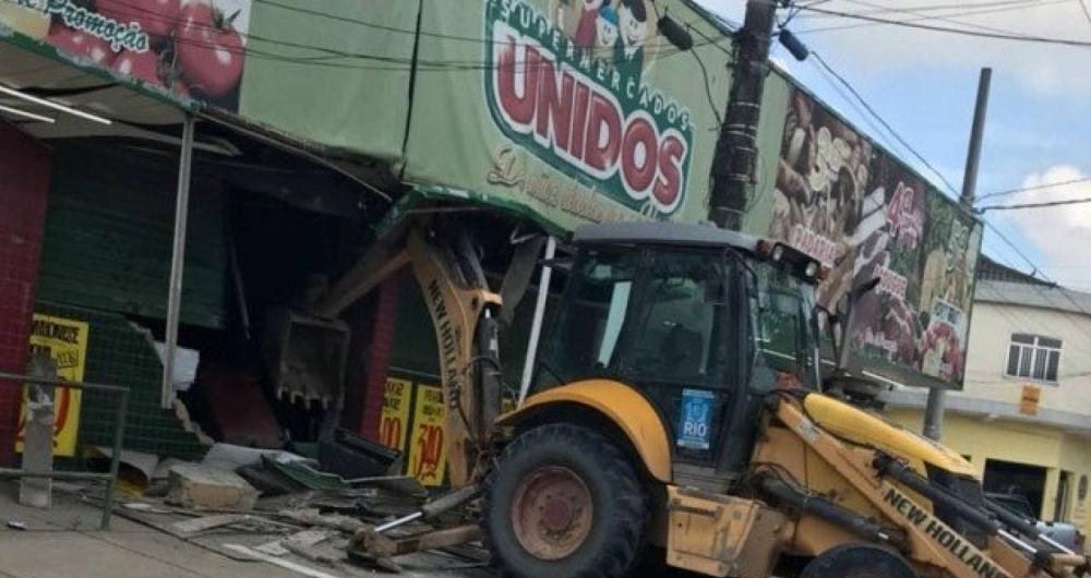 Bandidos usaram retroescavadeira para arrombar supermercado em Belford Roxo
