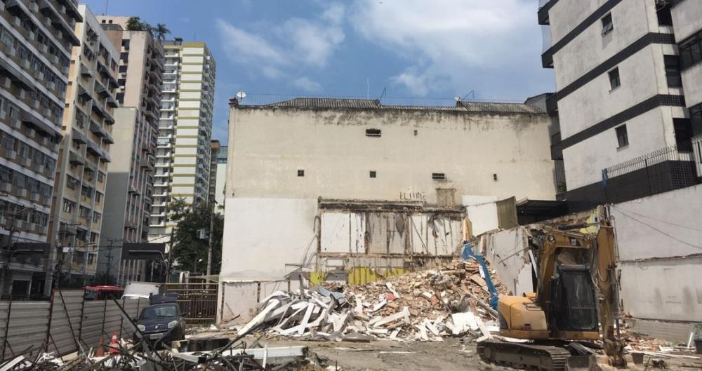 Operário ficou ferido após desabamento de muro em obra dentro de antigo posto de combustíveis em Niterói