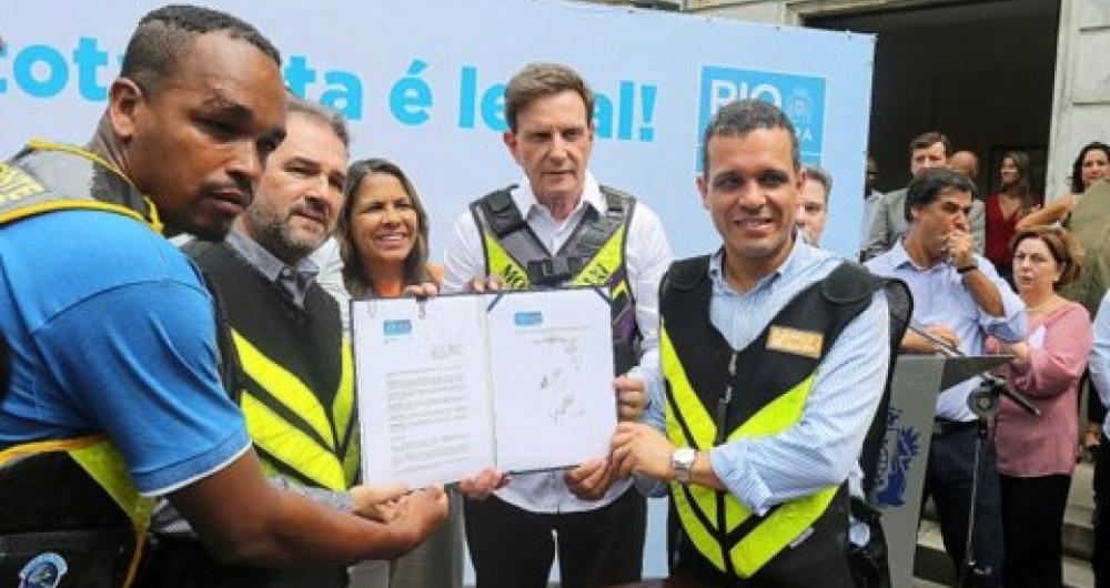 Crivella assina decreto que regulamenta a profissão de mototaxista O ... e3c18b1694992