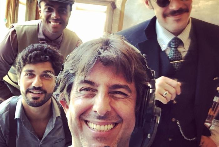 O diretor de 'Tempo de Amar' Adriano Melo posa com atores da trama