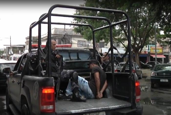 Policiais militares têm feito constantes operações na Vila Kennedy, onde encontram barricadas destruídas dias antes. Tem prendido suspeitos e apreendidos carros roubados