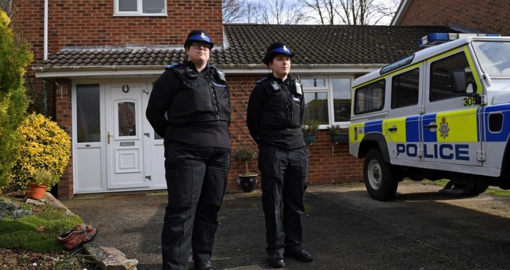 Pol�cia brit�nica em propriedade em Salisbury, sul da Inglaterra, suspeita de ter liga��o com suposto envenenamento de ex-espi�o russo.