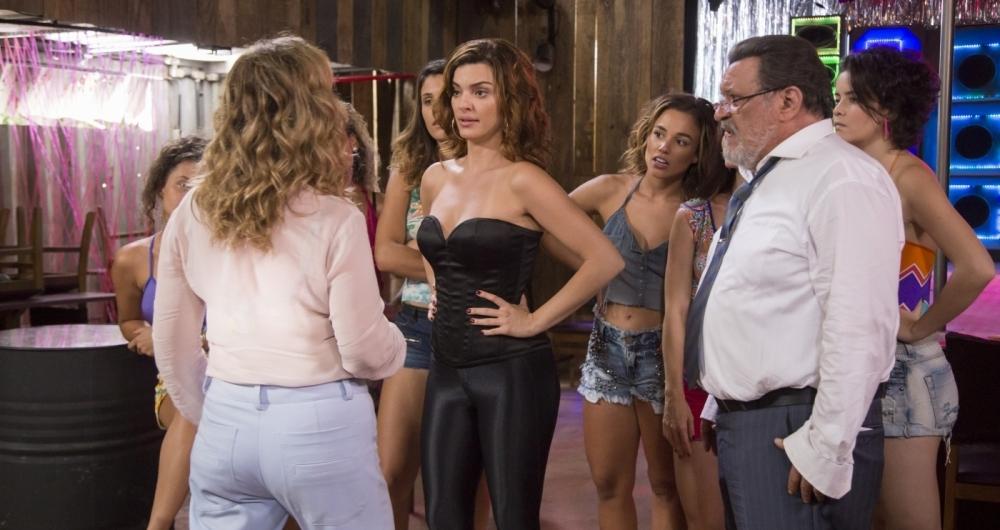 N�dia (Eliane Giardini) flagra Gustavo (Luis Melo), o juiz corrupto, no bordel com a amante em 'O Outro Lado do Para�so'