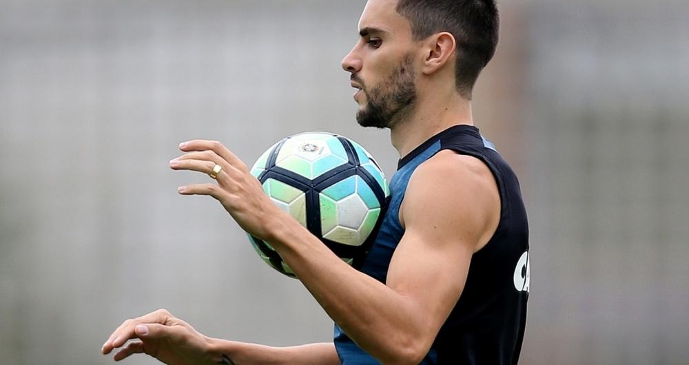 Rodrigo Pimp�o domina a bola em treino do Botafogo
