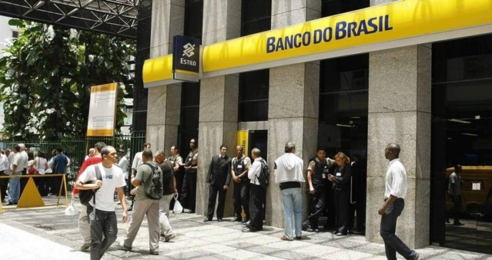 """De acordo com a procuradoria, os bancos públicos """"têm não só deixado de divulgar amplamente a disponibilidade dos recursos aos beneficiários, como também se baseado em prazos inconstitucionais para dificultar os saques"""