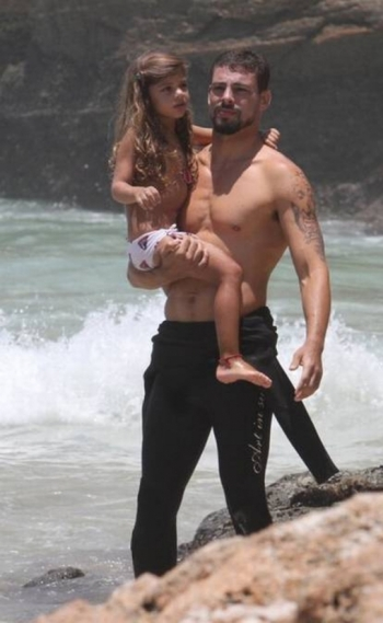 Cau� Reymond e a filha Sofia na praia.
