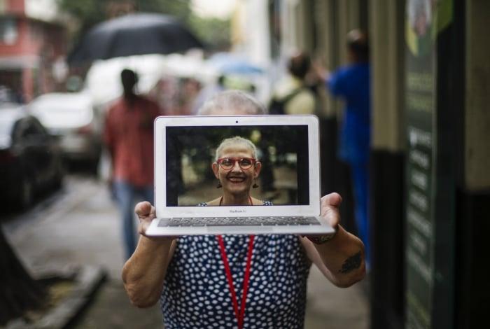 Maria Jos� Reis, de 60 anos, perdeu a conta de quantos aplicativos tem instaladosno celular
