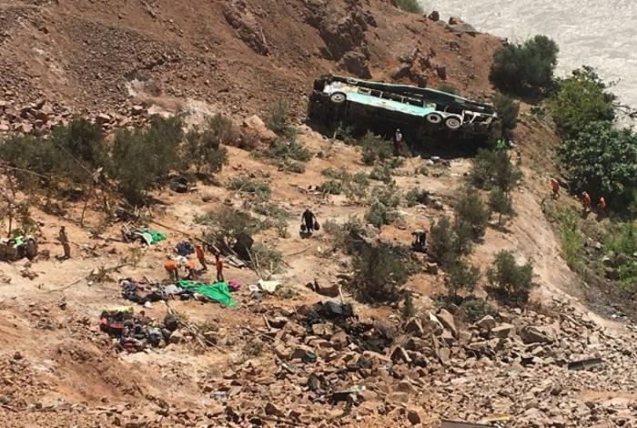 Ônibus cai em abismo de 100 metros no Peru