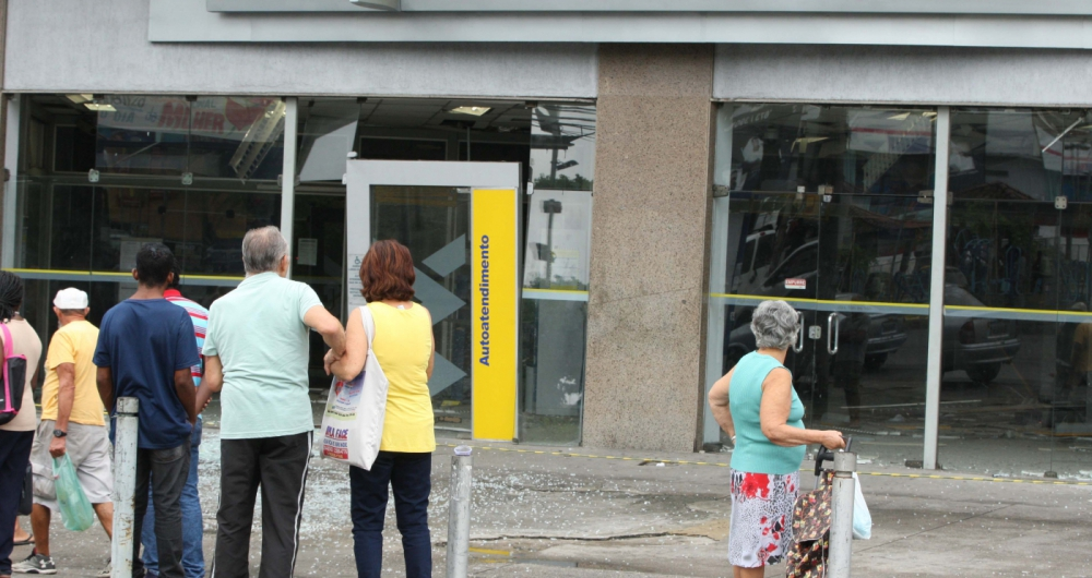 Assalto com explosivoa a uma ag�ncia do Banco do Brasil no bLargo do Bic�o, na Vila da Penha, Zona norte do Rio.         Estefan Radovicz / Ag�ncia O Dia           Byline