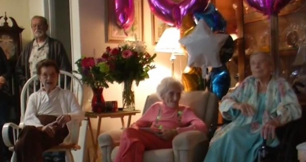 Matilde, � esquerda, e Mickey, ao centro, comemoram juntas o anivers�rio de cem anos.