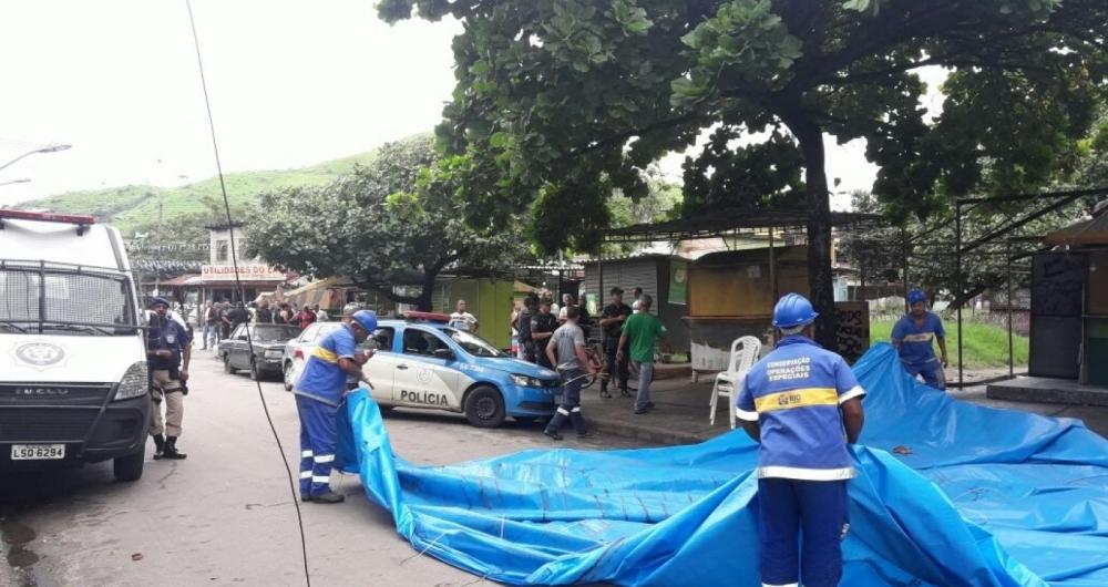 Opera��o de Ordem Urbana remove barracas de pra�a da Vila Kennedy. Policiais do 14� BPM (Bangu) e da UPP trabalhando em conjunto com a Seop