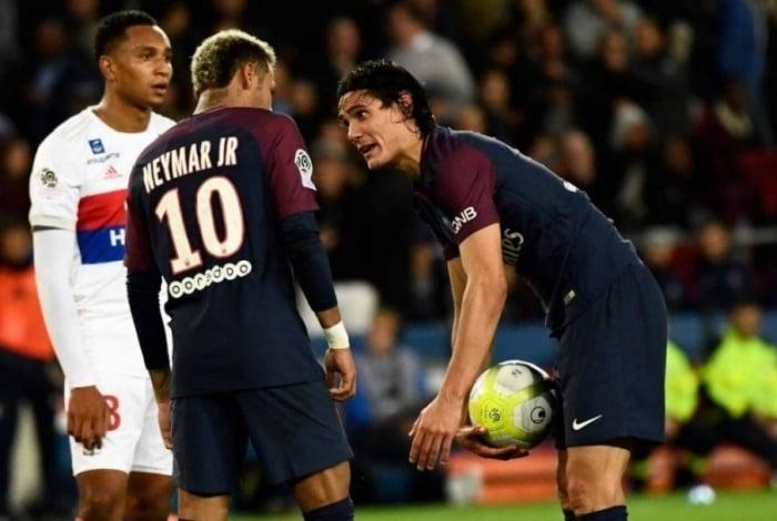 Cavani e Neymar discutem sobre quem deve bater a falta