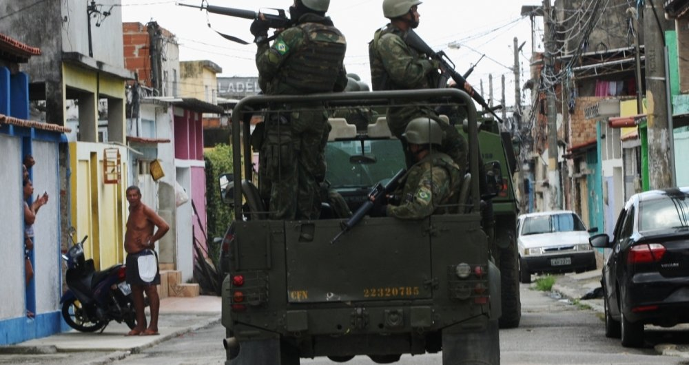 Militares das For�as Armadas em patrulamento na Vila Kennedy