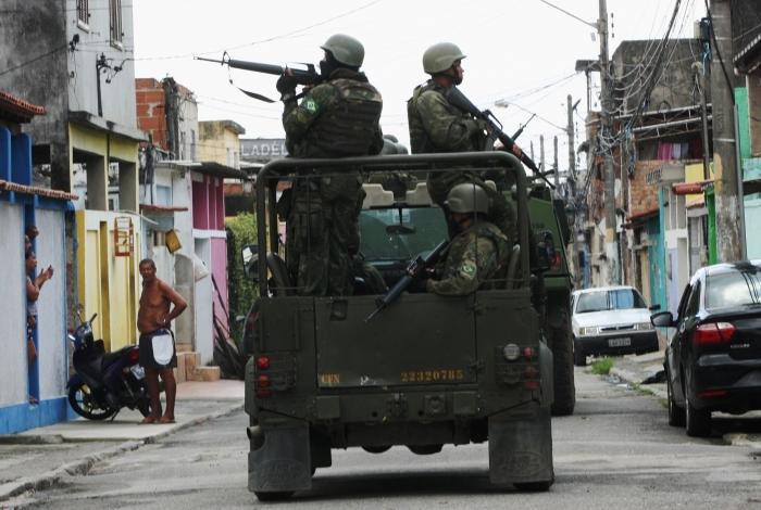 Militares das For�as Armadas em patrulamento na Vila Kennedy