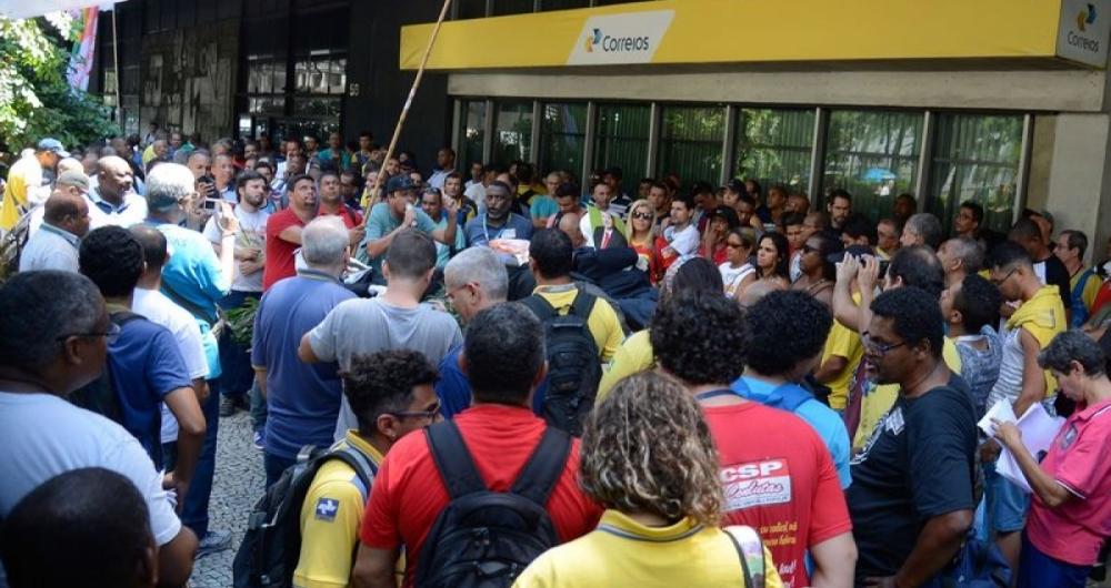 Rio de Janeiro - Funcion�rios dos Correios fazem manifesta��o em  frente ao edif�cio-sede da empresa, na Avenida Presidente Vargas, centro do Rio