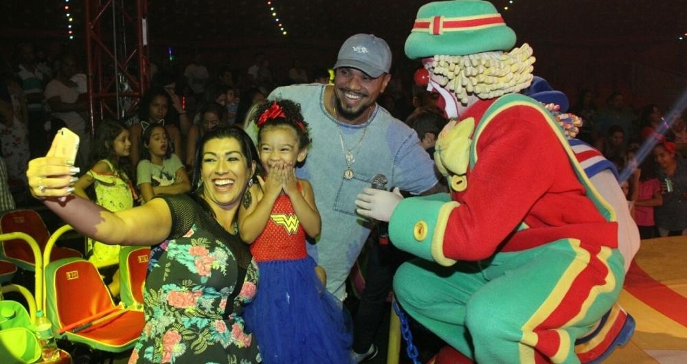 Naldo Benny e Moranguinho levam sua filha no Parque Patati Patata Circo Show, no Via Parque, na Barra