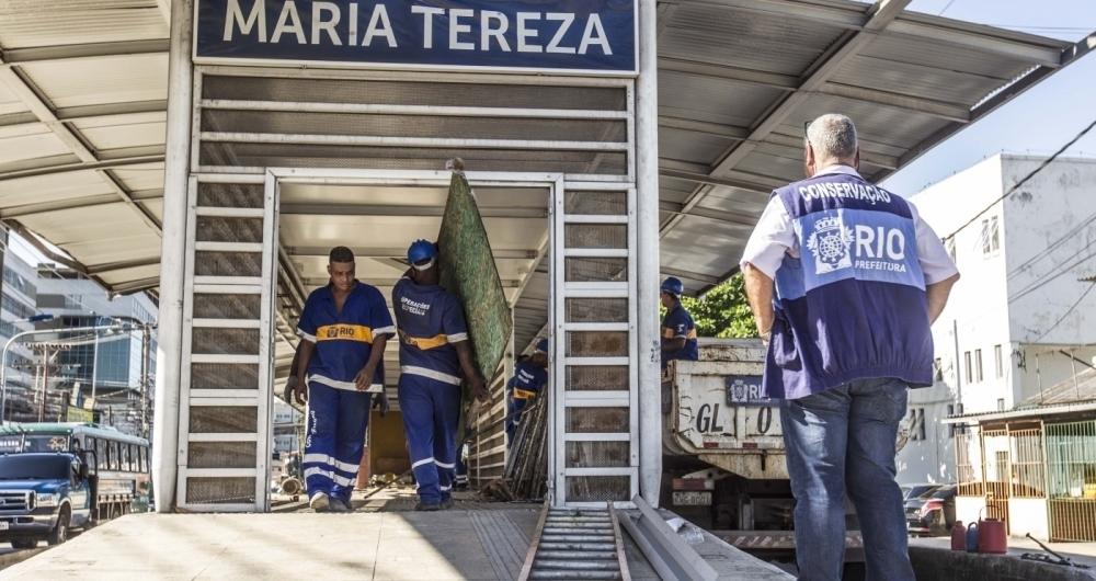 Funcion�rios do munic�pio deram in�cio a desmontagem ontem da estrutura da esta��o Maria Tereza