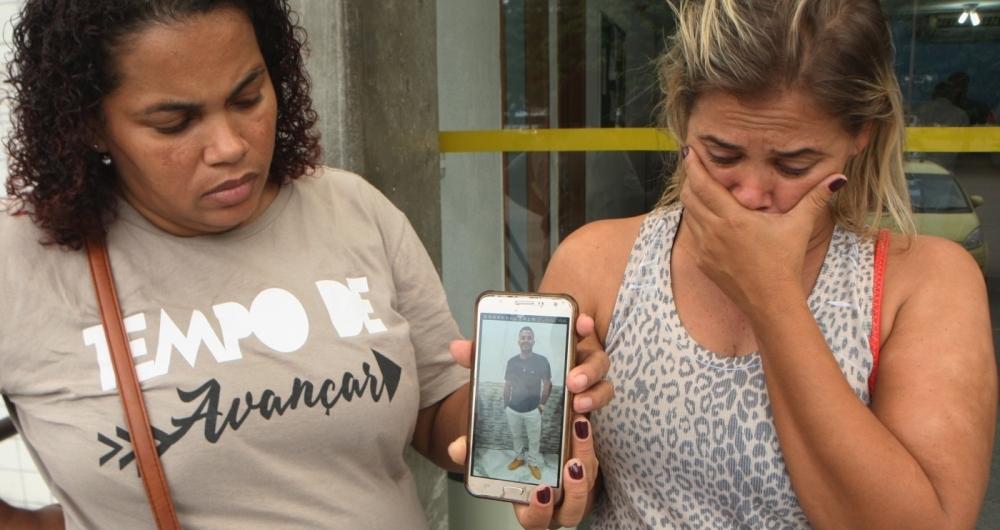Matheus Melo Castro foi morto a tiros após deixar a namorada no Jacarezinho. A família acusa policiais