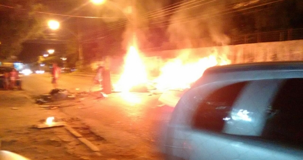Manifestantes atearam fogo e trecho da Estrada do Mapuá foi bloqueado