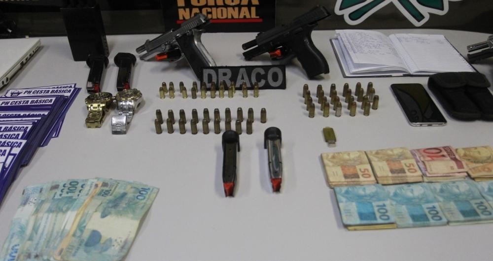 Agentes apreenderam armas, anota��es, planilhas, R$ 10 mil e aparelho utilizado em roubo de cargas